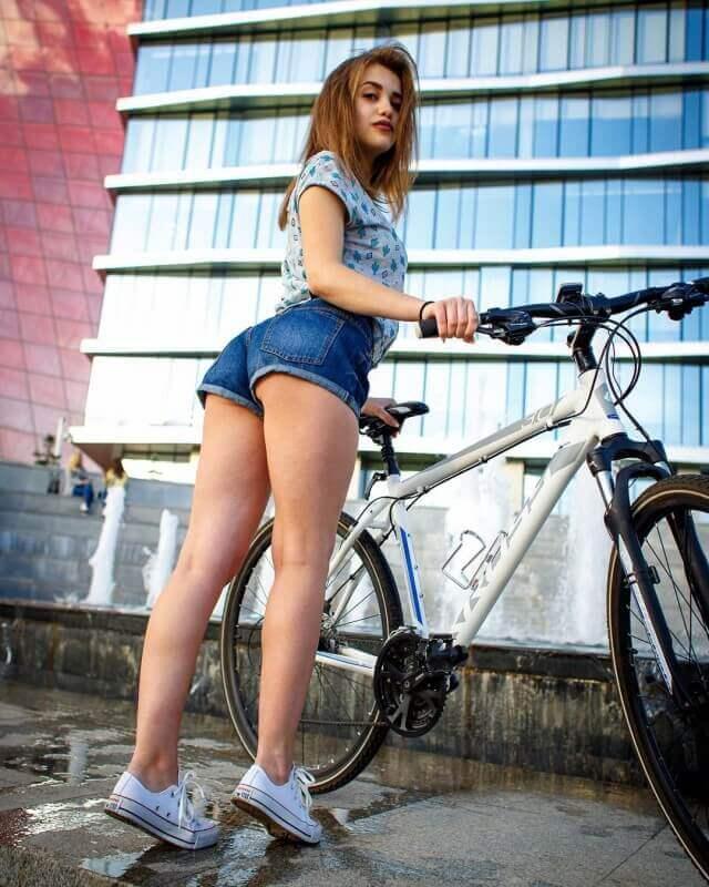 Девушки на велосипеде фото