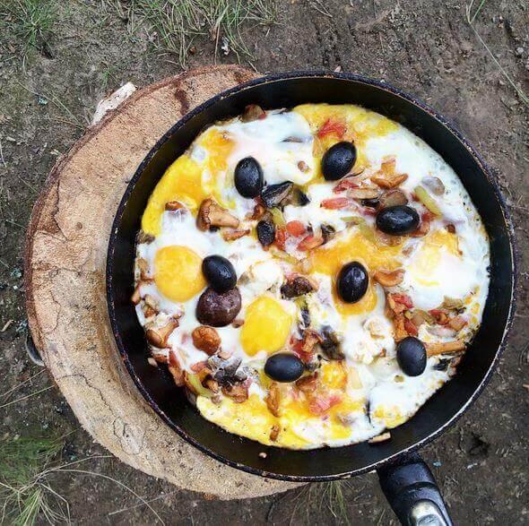 завтрак яичница на природе фотография