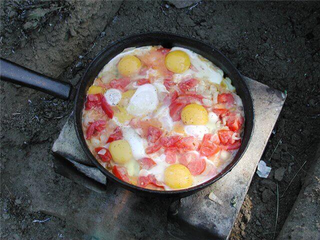 яичница на костре с помидорами и луком
