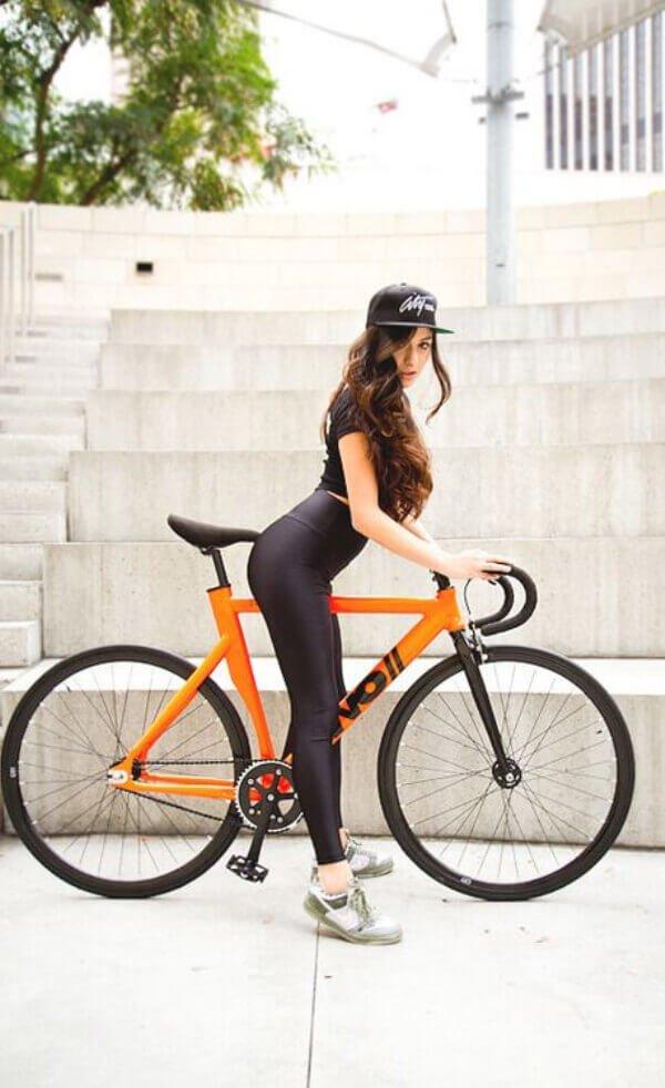 женщина катается на велосипеде