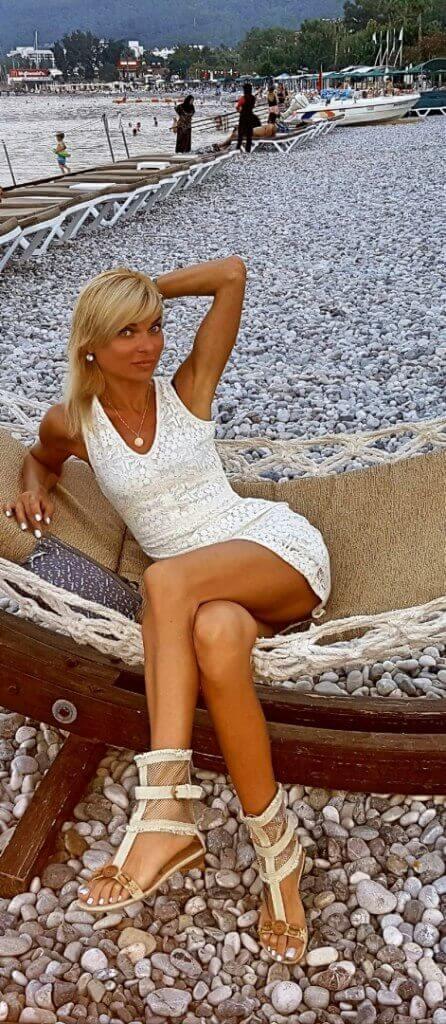 красотки в мини юбках платьях фото