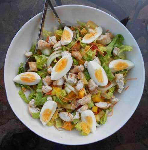 нежный салат с курицей в домашних условиях