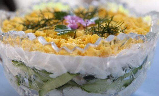 салат фантазия с курицей яйцами и кукурузой