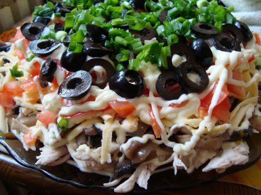Салат с курицей помидорами оливками