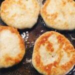 Лепешки на кефире с сыром на сковороде — пальчики оближешь!