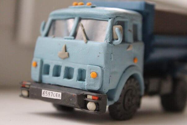 грузовик из пластилина
