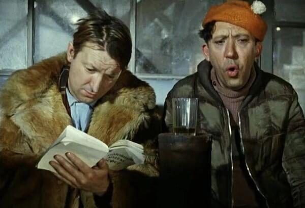 герой фильма читает книгу